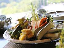 ヘリテイジファームや近隣の契約農家から仕入れた様々な野菜が盛りだくさん。