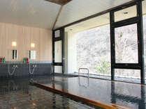 *大きく窓がとられた大浴場。洗い場には、ボディーソープ、シャンプー、リンスをご用意しております。