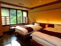 【なでしこ】窓からの絶景と、ゆったり寛げるベッドルーム。