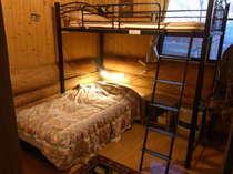 ツインルームBは、全1部屋(シングルベット2台+寝具の増設可)。WC、洗面台完備。