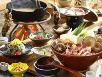 【夕食】当宿一番人気の囲炉裏鍋コースです。地元産の野菜のうまみがでた鴨汁をご堪能くださいませ。/例