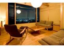特別室「山椿」のリビング。L字型に配したソファでゆっくりと。