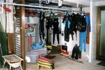 ダイバーのための器材洗い場干し場も完備!夜間も安心!