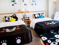 【くまモングッズと夢見る熊本の旅ルーム】広々ラージツインルームでいろんなくまモンがお出迎え!