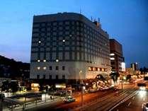 ニューホテルの外観(夜)