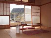 自炊棟のお部屋です(例)。外に広がる景色はまさに東北の里山風情です。(撮影日は稲刈り時期の10月です)