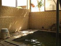 当館の家族風呂です。窓を開け放すとちょっと露天のような風情になりますよ(外からは見えません)