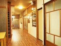 以前旅館だった建物を改装したゲストハウスです。