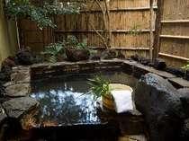 露天風呂付き客室タイプはこちらの露天風呂の他にももうひとつ石風呂が付いています。もちろん源泉かけ流し