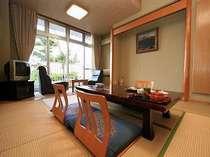 インターネットができる3階和室☆三俣山(高原側)または黒岩山(山側)を望むお部屋。冷暖房完備です。