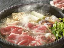 あっさりとした出汁の味わいが特徴の『鴨肉のすき焼き』など、ぐつぐつお鍋をお楽しみください!!