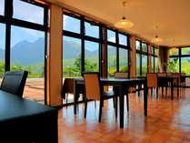 ■食事処■ 大きな窓からは、雄大な九重の大自然を眺めることができます