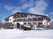 ゲレンデからのぞむホテル。スキーイン・スキーアウトが可能です。