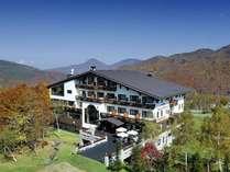 秋のホテル全景
