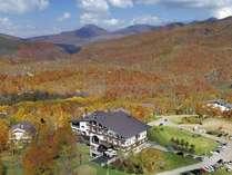 紅葉を一望するホテル全景