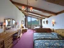 最上階ツインカップルに人気のお部屋です。大窓からは奥志賀の大自然が一望できます。