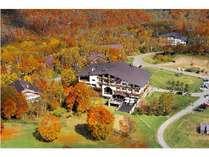 美しい紅葉に囲まれる秋のホテル