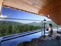 地上4階に位置する当ホテルの空中露天風呂からは、目の前に四季折々、奥志賀の大自然が広がります。