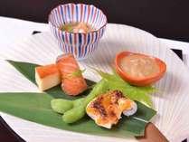 *お夕食一例(八寸)/うちわを八寸角の器にみたて、季節のお料理を盛り付けました。