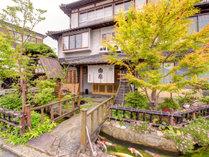 *清流錦川に悠然と架かる『錦帯橋』を一望できる当館。旬を活かした美食と共に愉しむ旅へお出掛け下さい。