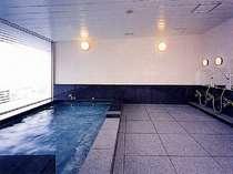 展望風呂(夜は都会の夜景、朝は富士山が望めます)