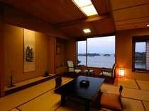 【和室10帖】斜め方向に松島湾が見えるので、リーズナブルな価格設定となっております。