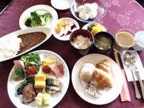 朝食 バイキングなのでお好きなものをトッピング・コーヒー・牛乳・ヨーグルトなどもあります。