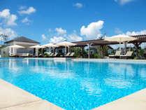 遠く伊計島をのぞむオーシャンビュープール。夏はプールサイドBBQもお楽しみいただけます。