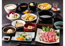 ご夕食は日替り和食コース「四季の膳」。日替わりで内容が変わるため、連泊のお客様からも好評です。