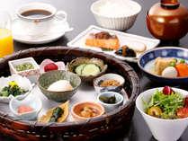 【朝食】ボリューム満点!県内名産や郷土料理を集めた竹籠盛りと共に「つや姫」を楽しむ和定食