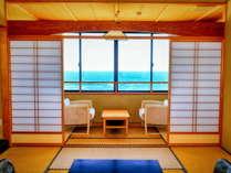 【海側】新館和室10畳では穏やかな夕日や時には荒波など自然を見ることができます。