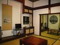 三階:ここだけ別棟で大正末期の建築当時のままに残した、四畳半二間続きのお部屋です。