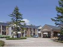 敷地右手のフロント棟と奥側の宿泊棟。プライベート感を重視した建物配置です。