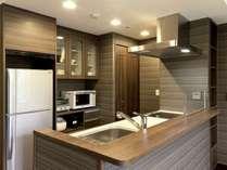 充実の調理家電(炊飯器、オーブンレンジ、コーヒーメーカー、ホットプレート兼用グリル鍋等)