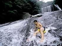 近隣にある竜門の滝では「滝すべり」が可能!お尻にビニール製の袋を敷いて、一気に滑り下りる!爽快!