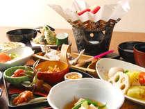 *旬の山菜や川魚など地元の素材をご堪能ください。(夕食一例)