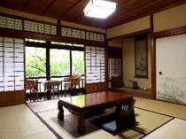 母屋2階にある和室「かえで」。窓の外には、美しい楓の木が・・・。