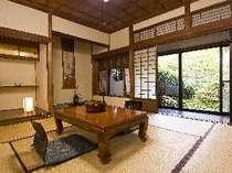母屋2階にある和洋室「さくら」の和室。大正ロマンな雰囲気が人気のお部屋です。