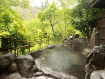 渓流沿いに佇む「せせらぎの湯」。川向こうには棚田を望む絶景を貸切で堪能