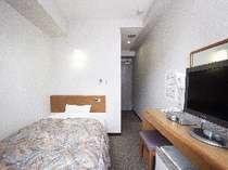 明るく清潔な室内には、20インチ液晶テレビ・セミダブルベッド完備