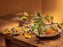 プリミティブアートの世界となげいれの花をお楽しみ下さい。