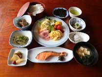 *【朝食一例】地元の素材を使ったお料理をお部屋にてご用意します。ごゆっくりとお召し上がりください。