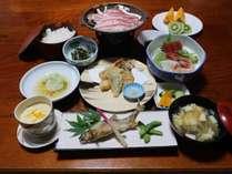 *【夕食一例】お食事は地元の素材を使ったお料理をお部屋でごゆっくりとお召し上がりいただけます。