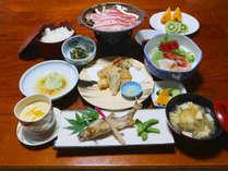 **【夕食一例】お食事は地元の素材を使ったお料理をお部屋でごゆっくりとお召し上がりいただけます。
