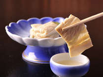 *夕食一例。国産大豆を使用したゆば刺しは、味・色・香りともに格別です☆