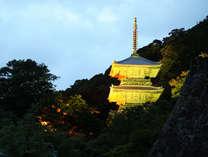 夕暮れに浮かび上がる、ライトアップされた三重の塔