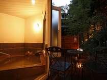 夕暮れ時の森林浴風呂。風情も◎