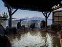 蔵王連峰が一番際立って見える露天風呂「屏風の湯」(女性用)。