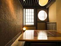優しい格子で仕切られた完全個室のプライベート空間で、気兼ねなくお食事をお楽しみいただけます。