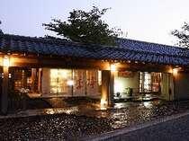 夕暮れの外観。しっとり落ち着いた雰囲気でお客さまをお迎えいたします。